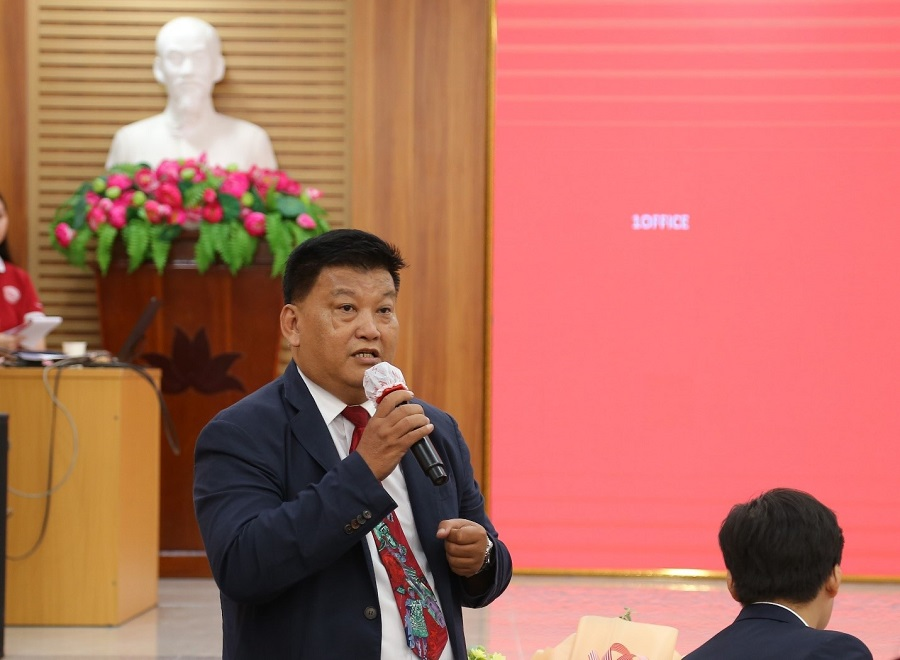 Ông Trần Đức Dũng - Chủ tịch CLB Doanh nhân Khởi sự và Hỗ trợ doanh nghiệp Tp.HCM chia sẻ cho sinh viên về kinh nghiệm, kỹ năng khởi nghiệp trong bối cảnh chuyển đổi số