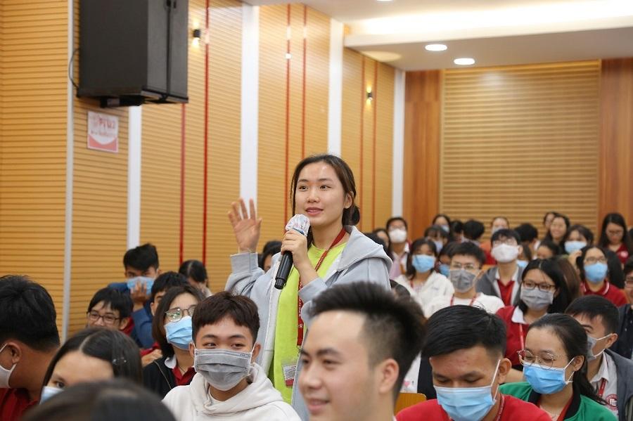 Sinh viên tích cực đặt câu hỏi cho diễn giả tại buổi hội thảo