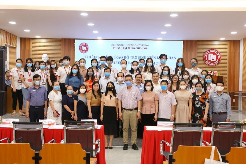 Sinh viên nhận học bổng chụp hình lưu niệm cùng Ban Giám đốc và các Trưởng, Phó đơn vị tại Cơ sở II