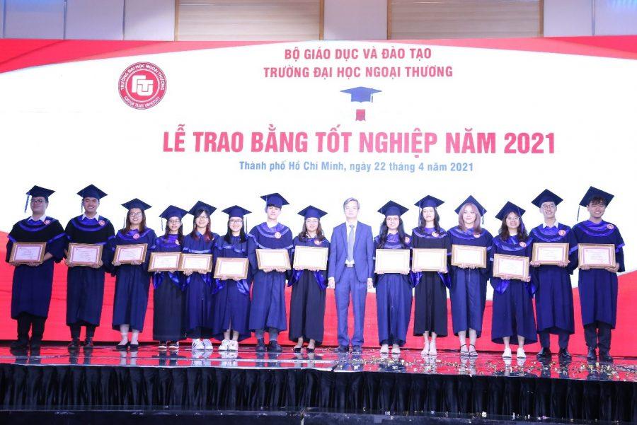 PGS, TS Đào Ngọc Tiến – Phó Hiệu trưởng và PGS, TS Nguyễn Xuân Minh - Giám đốc CSII khen thưởng các tân Cử nhân có thành tích đặc biệt xuất sắc trong học tập và rèn luyện