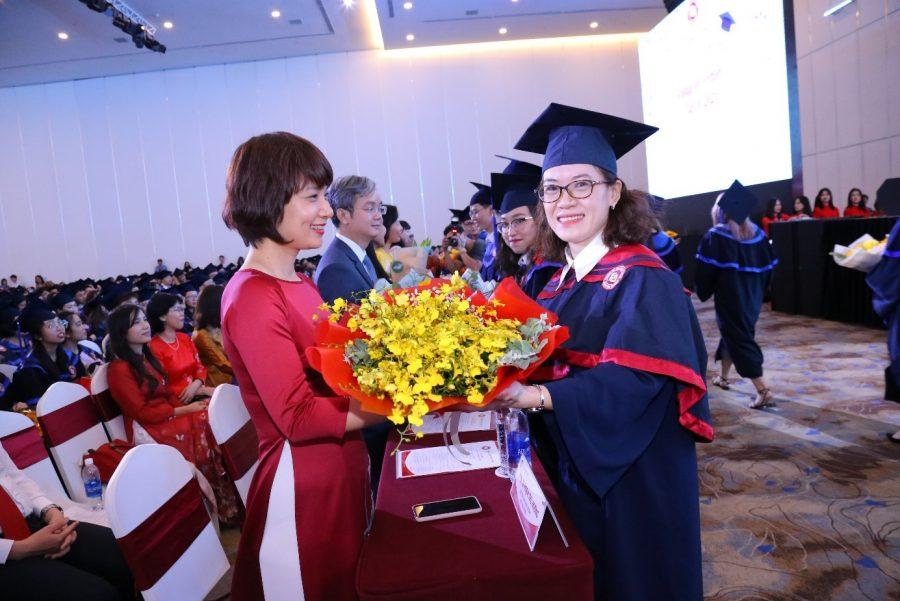 Đại diện tân Tiến sĩ, Thạc sĩ, Cử nhân tốt nghiệp đã kính tặng Ban Giám hiệu, Ban Giám đốc Cơ sở II những bông hoa tươi thắm thay lời cảm ơn.