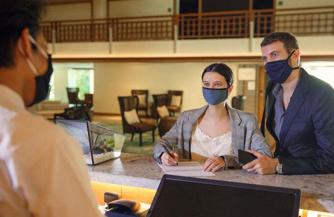 Khách du lịch làm thủ tục tại khách sạn mùa dịch. Ảnh:Forbes
