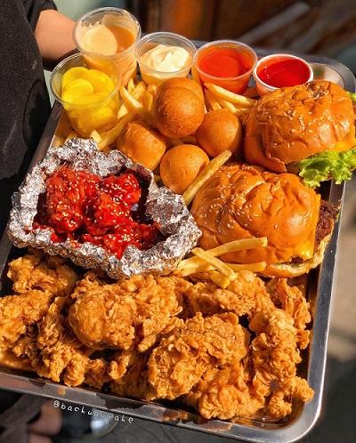 """Food blogger @bachuaviahe: """"set gà tổng hợp gồm gà rán, gà sốt cay, burger bò cheese, khoai tây chiên. Gà rán ráo dầu, lớp vỏ chiên giòn tan, thịt bên trong vẫn mềm ko quá khô rưới lên sốt phomai beo béo ngậy ngậy"""". Ảnh: @bachuaviahe."""